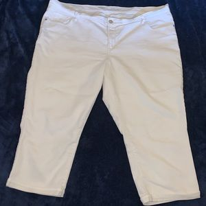 WHITE JEAN CAPRIS - OLD NAVY